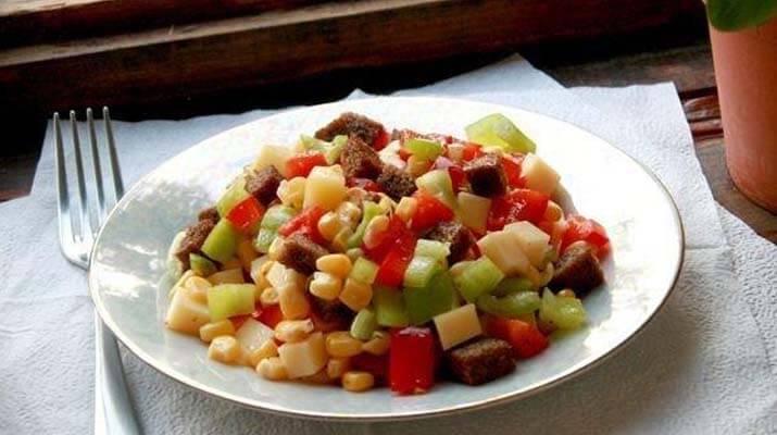 «Пёстрый» салат из перца, сыра и кукурузы