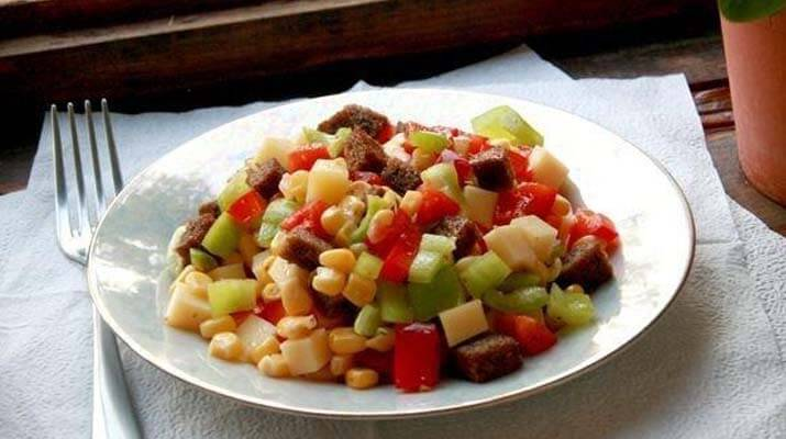 «Пестрый» салат из перца, сыра и кукурузы