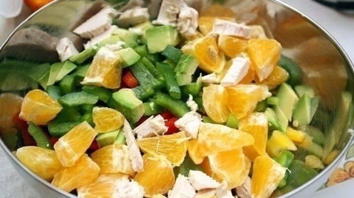 Салат куриный с авокадо, сладким перцем