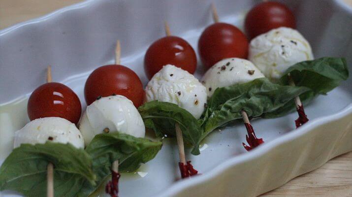 Эта закуска станет изюминкой стола — помидоры на шпажках с сыром