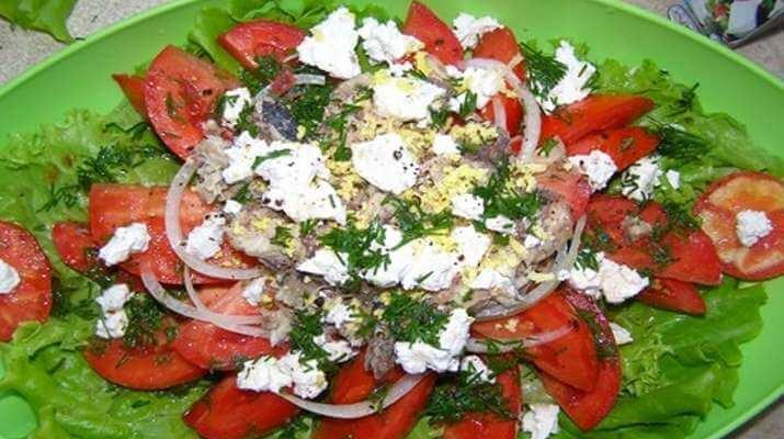 Рыбный салат с томатами