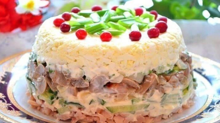 Куриный салат с грибами и яйцом