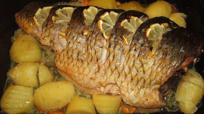 Карп, запеченный с картошкой