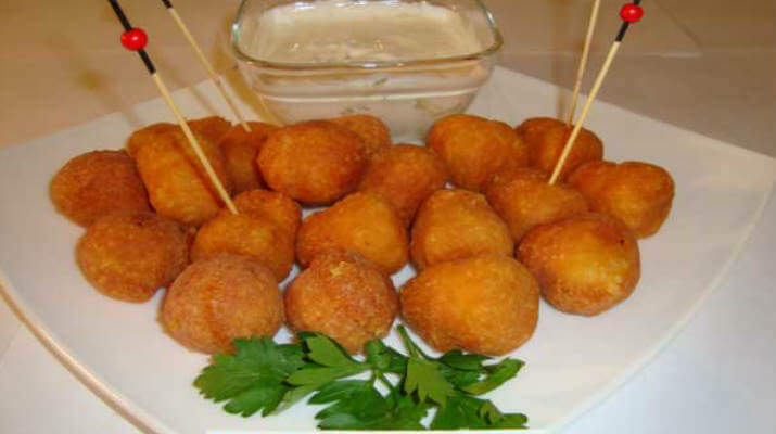 Сырные шарики с острым соусом
