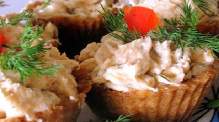 Тарталетки с курицей под чесночным соусом