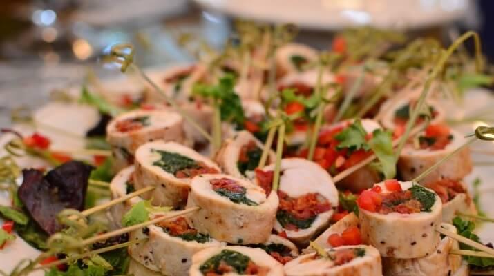 Эта закуска станет изюминкой стола — куриный рулет с вялеными томатами, оливками, фисташками
