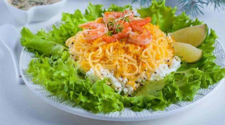 Салат из креветок с сыром