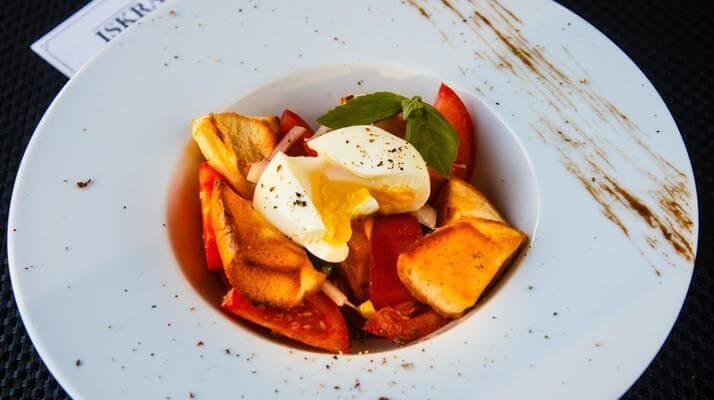 Такого вы еще не ели! Салат из томатов с яйцом и крутонами!