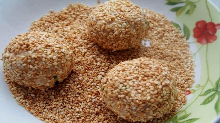 Закусочные шарики из салата «Мимоза»