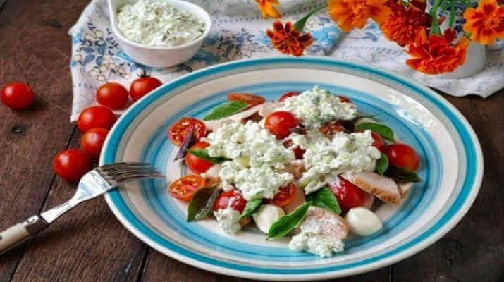 Салат из помидор «черри» и творога