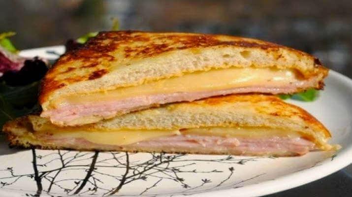 Горячий сэндвич с ветчиной