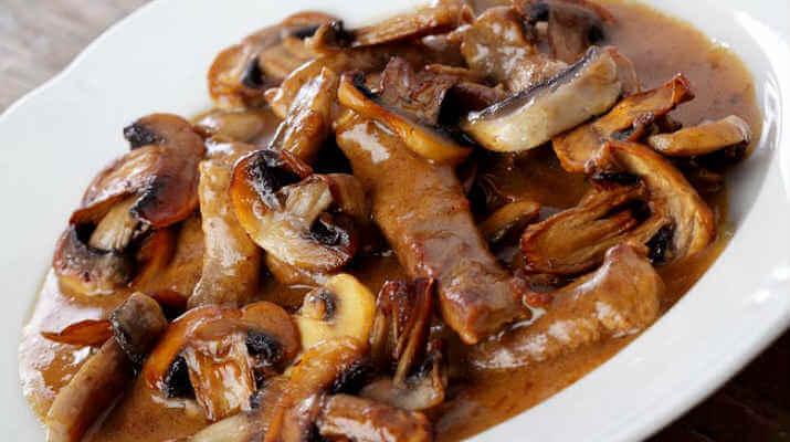 Мясо, тушеное с грибами