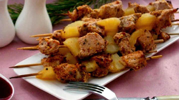 Мясо индейки с ананасом на шпажках