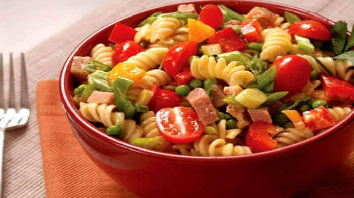 Этот салат с овощами и ветчиной никогда не приестся