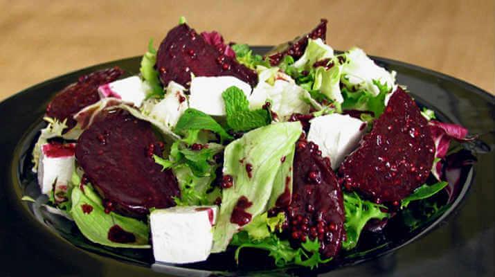 Потрясающе вкусный салат со свёклой и сыром