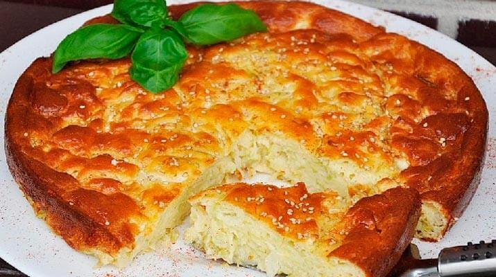 Эта шарлотка – уже не десерт, ее можно использовать как отдельное блюдо или подавать к завтраку или обеду как выпечку