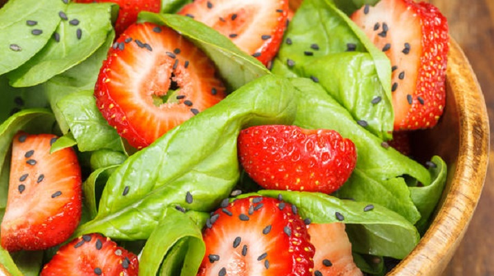 11 необычных салатов из клубники