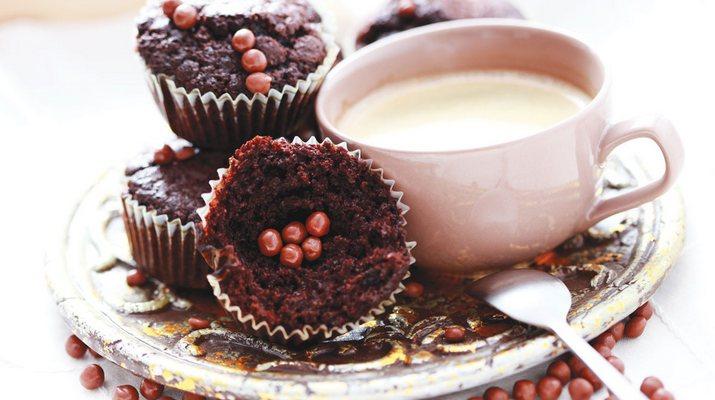 Шоколадные маффины с ягодами