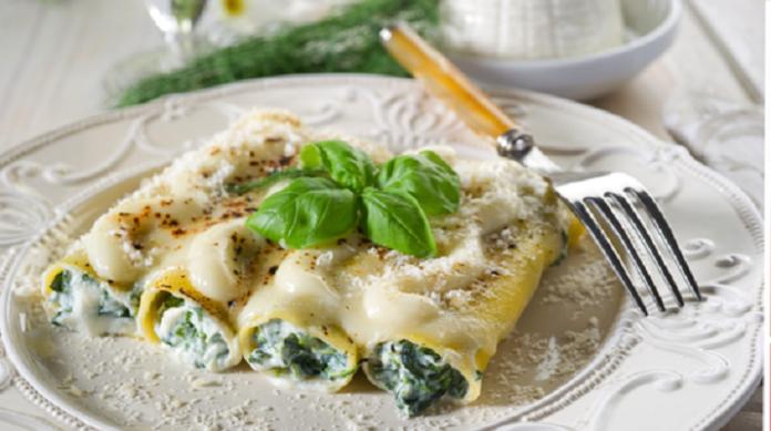 Каннеллони , фаршированные творожным сыром и шпинатом и запеченные под соусом Бешамель
