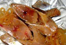 Форель под чесночным соусом, запеченая на картофельной «подушке»