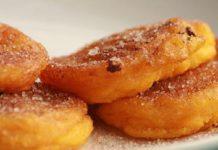 Печеночные оладьи в сметанном соусе