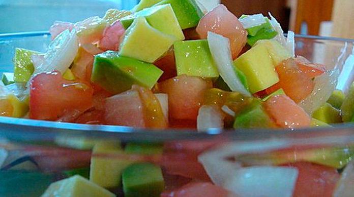 Салат из авокадо и помидоров