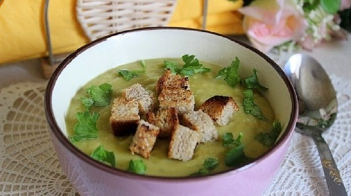 Постный суп-пюре из зеленого гороха с гренками