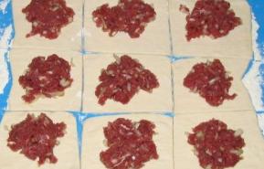 Слойки с мясом из слоеного теста