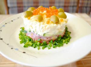 Царский салат с семгой огурцом и яйцом и красной икрой