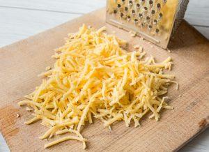 стейк из говядины с сыром и макаронами