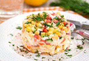 Крабовый салат со сметаной и болгарским перцем