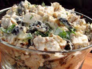 Салат мясной с черносливом