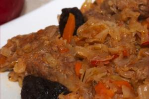 говядина с черносливом и капустой