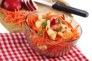 Салат с морковью, апельсином бананом и яблоком
