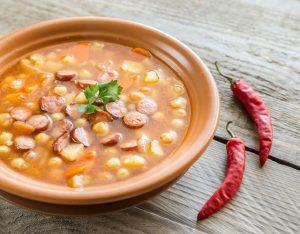 суп с беконом, фасолью и чесноком